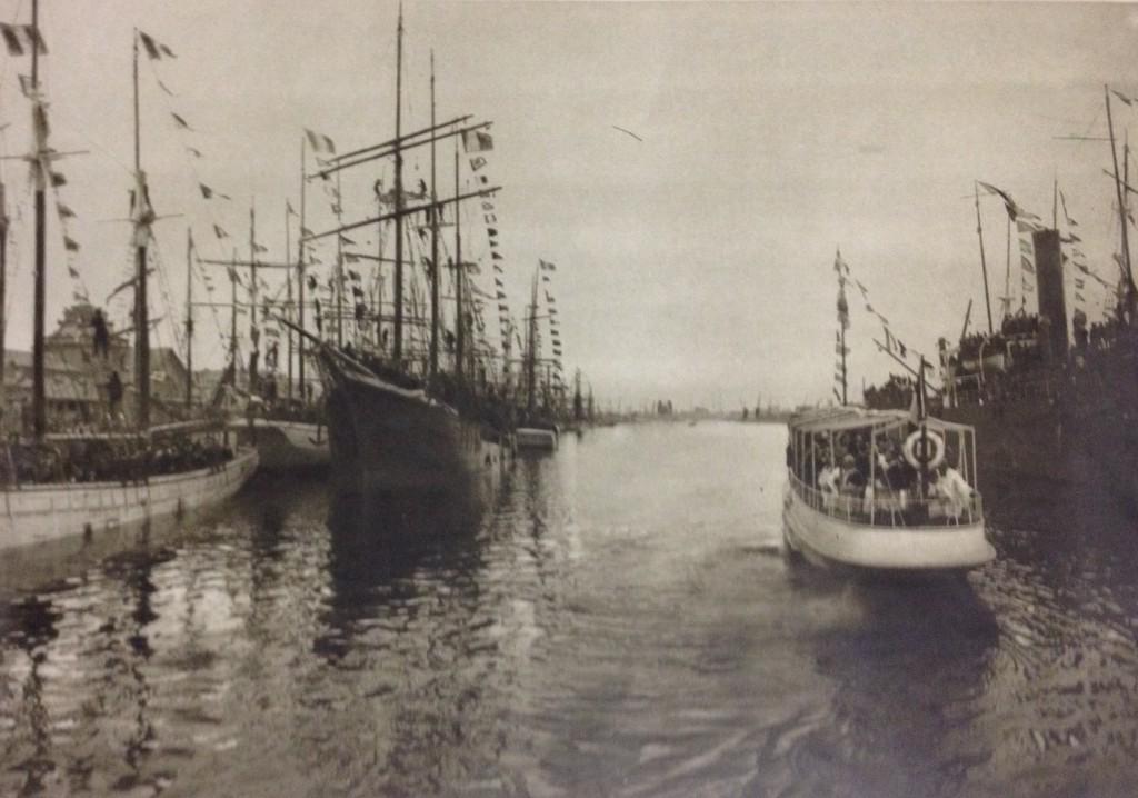 Dans le grand bassin de Saint-Malo : Mgr Charost, cardinal-archevêque de Rennes, à bord d'une vedette à vapeur, bénit les trois-mâts qui vont partir pour leur campagne de pêche à la morue